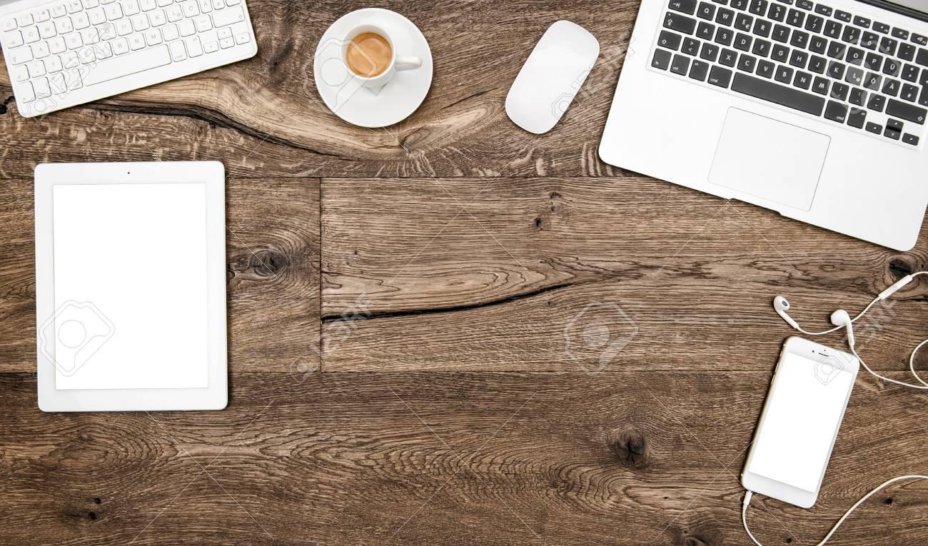 Arbeitsplatz Mit Laptop Kaffee Digitale Tablet Pc Smartphone Buro Schreibtisch Aus Holz Hintergrund Lizenzfreie Fotos Bilder Und Stock Fotografie Image 53516290