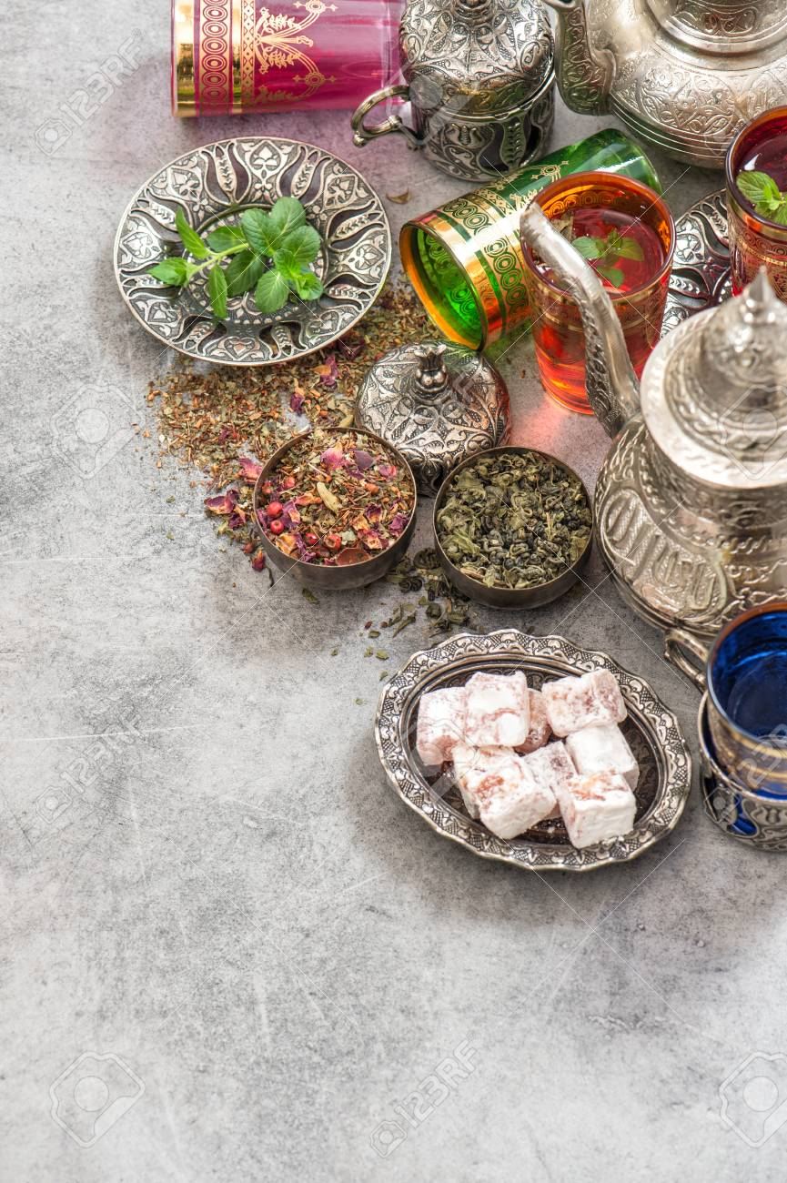 Il tè verde con erbe e spezie. piatti della cucina orientale e decorazioni