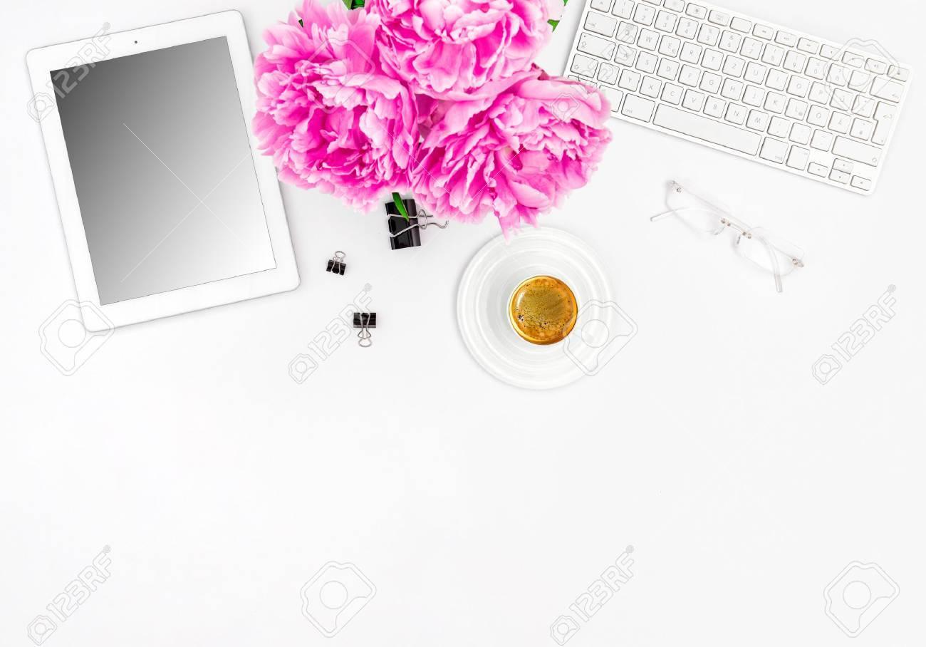 Poste De Travail Feminin Avec Cafe Et Fleurs Maquette Avec Ecran De