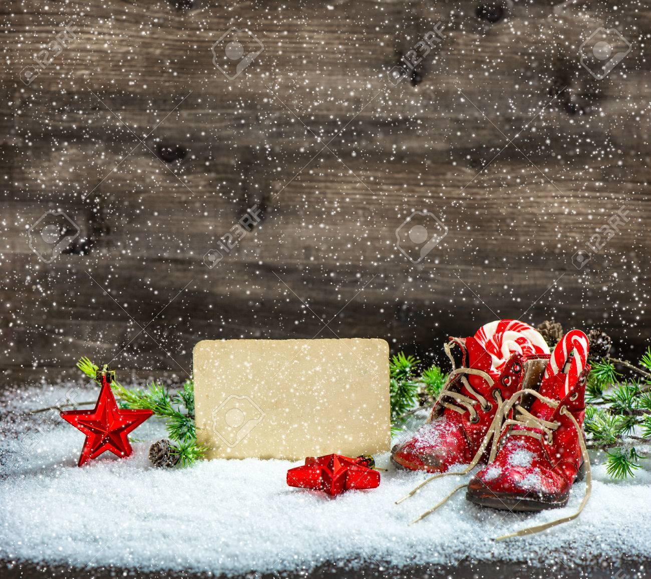 Immagini Di Natale Antiche.Stelle Rosse Di Decorazione Di Natale Stile Vintage E Antiche Scarpe Da Bambino Cartolina Retro Effetto Neve Che Cade