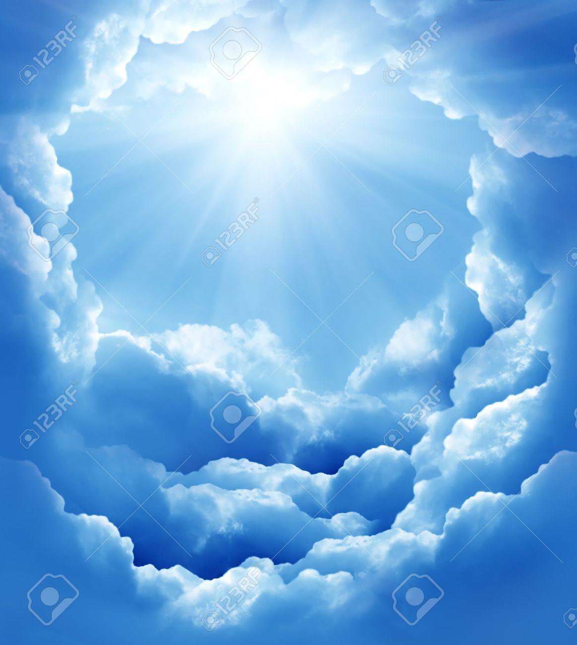 12910421-ciel-bleu-avec-des-nuages-soleil-et-belle-Banque-d'images