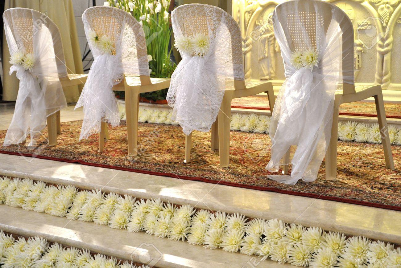 Hochzeit Dekoration Der Stuhle In Der Kirche Lizenzfreie Fotos