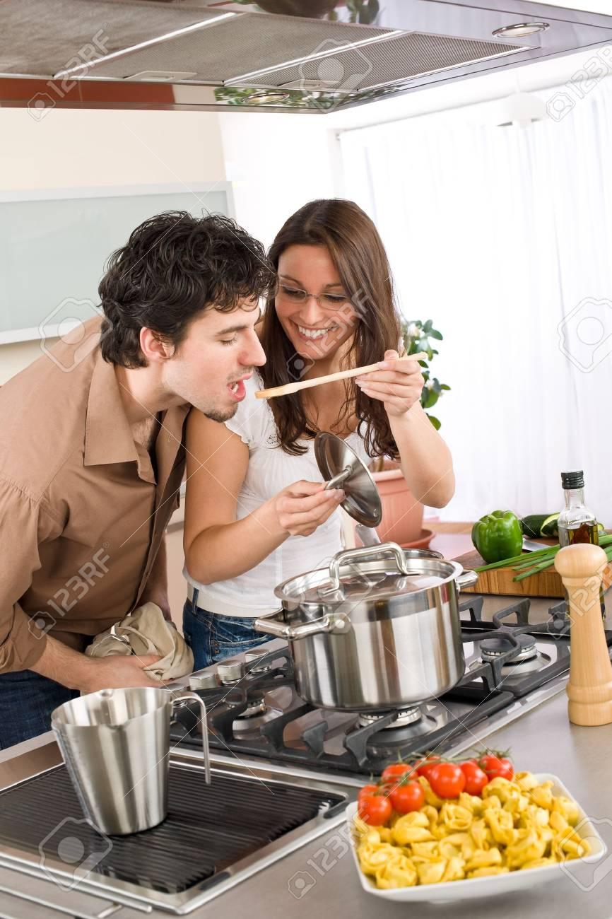 Paar kochen in moderne küche mann geschmack essen lizenzfreie bilder 6914619