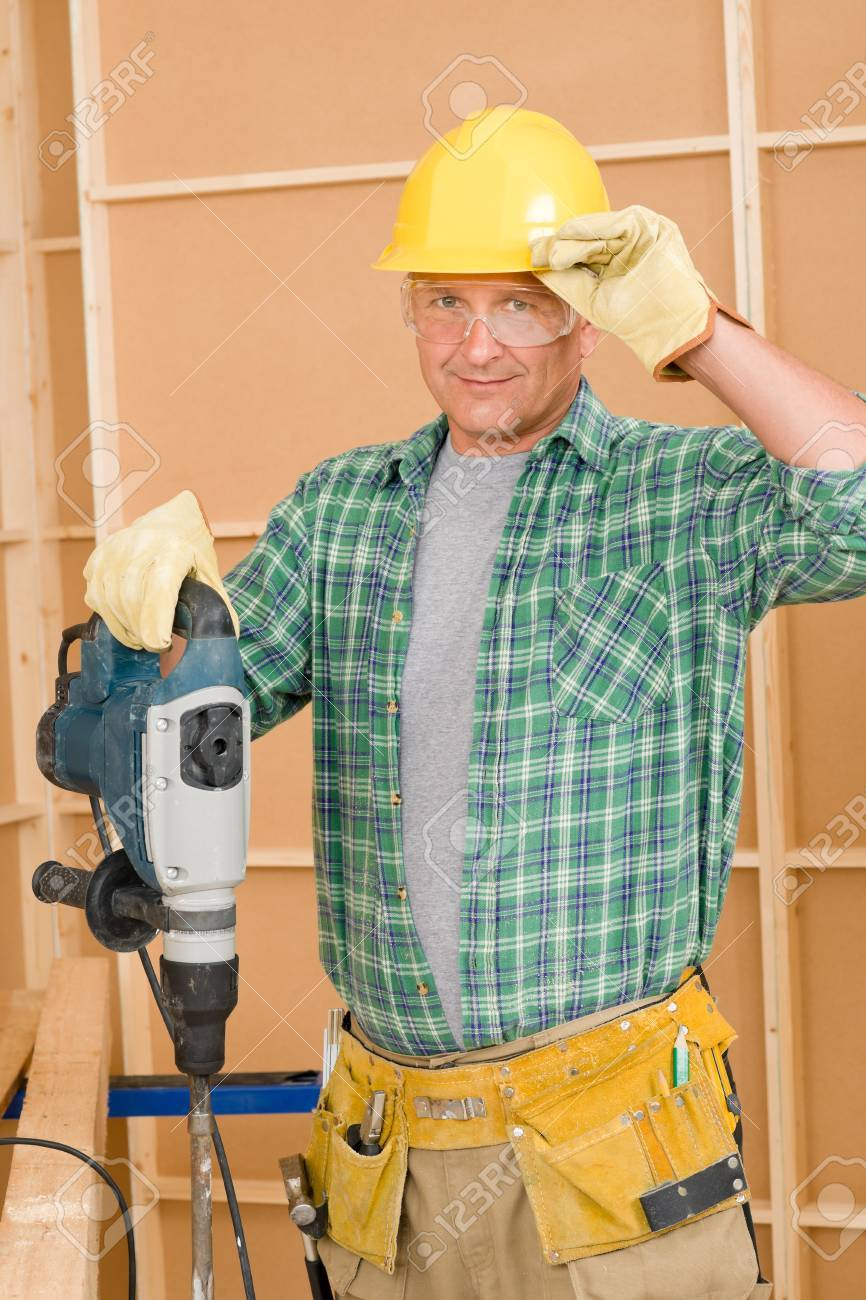 Amélioration de bricoleur à domicile matures travailler avec  marteau-piqueur bricolage