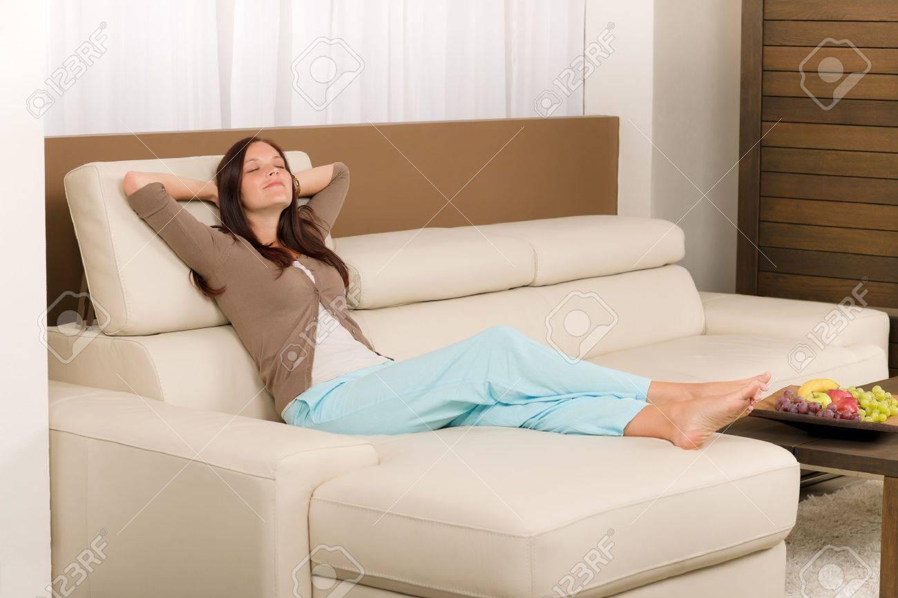 Attractive mi femme d'âge détendre salon moderne sur canapé en ...