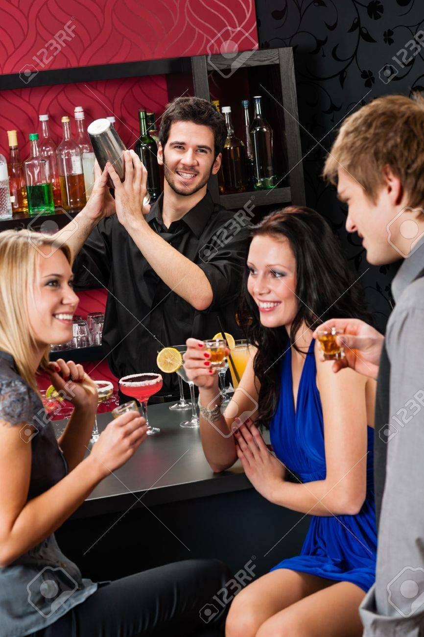 Смотреть что женщины делают в баре 3 фотография