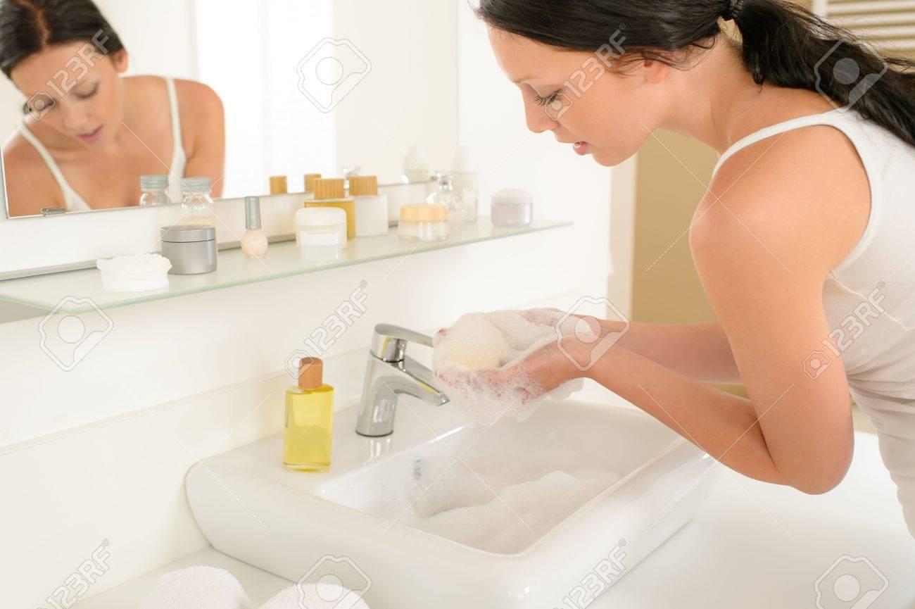 Темнокожая моется в ванной 21 фотография