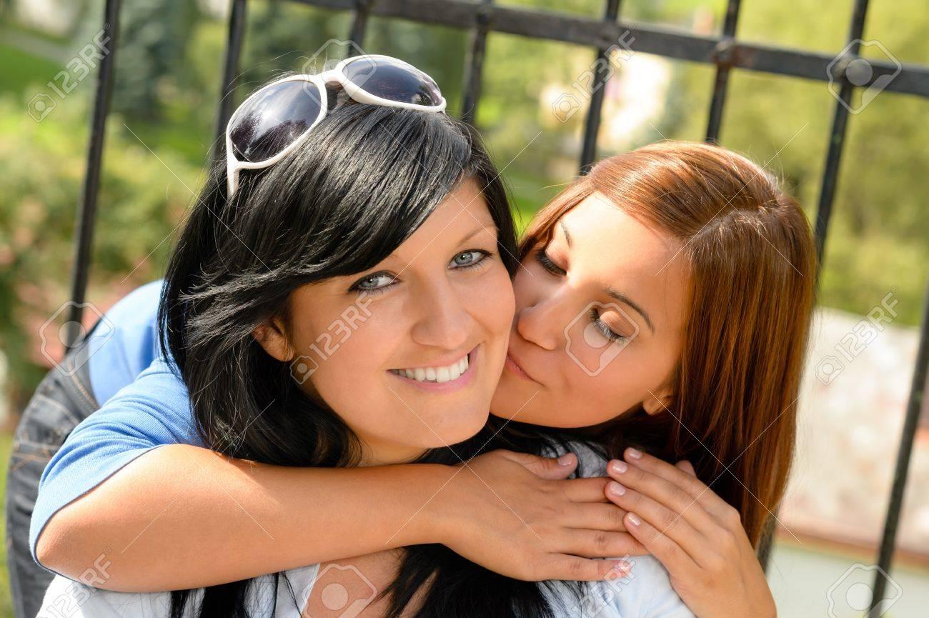 Смотреть как целуются дочка с мамой 3 фотография
