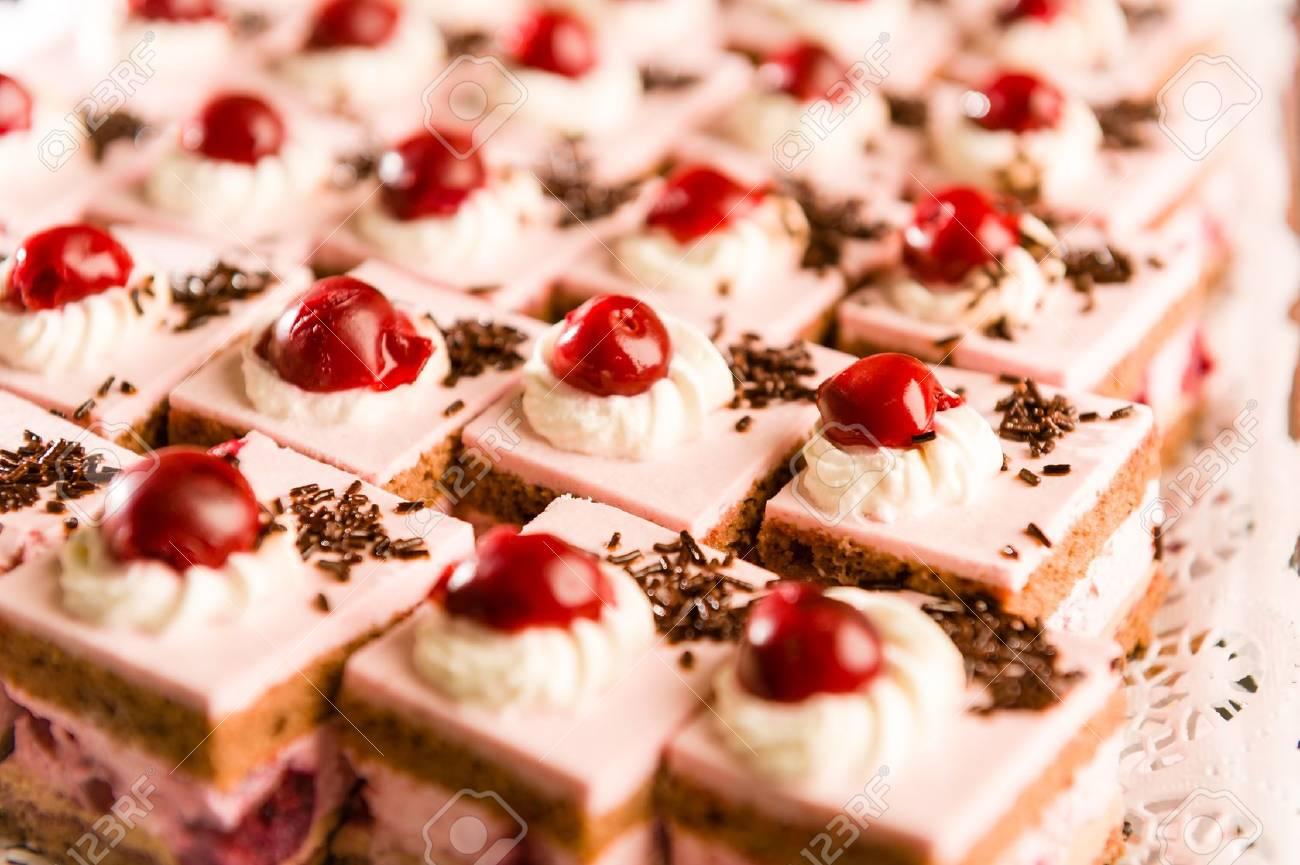 Creme Gefullt Kuchen Mit Kirschen Und Schokolade Richtfest