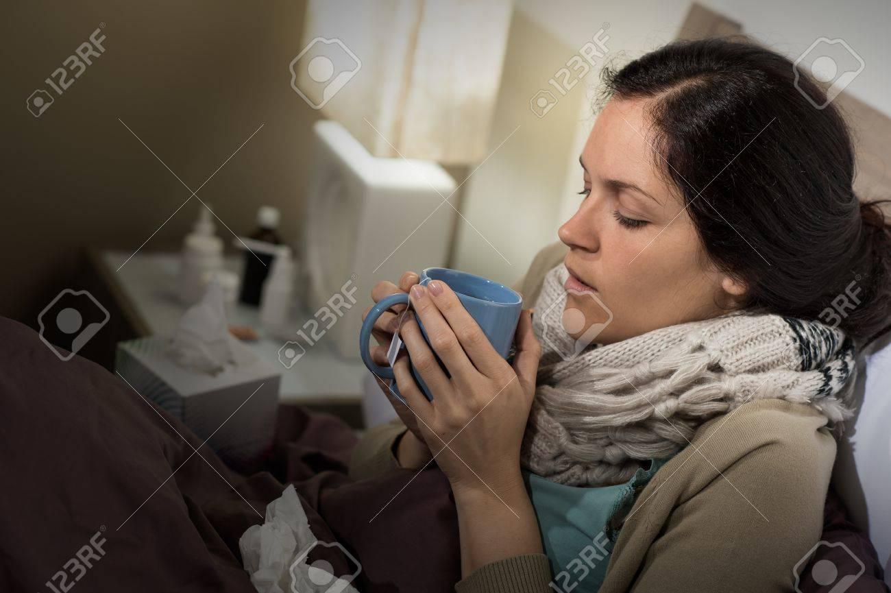 Camera Da Letto Fredda ill caucasica donna bere il tè in camera da letto sofferenza influenza  fredda