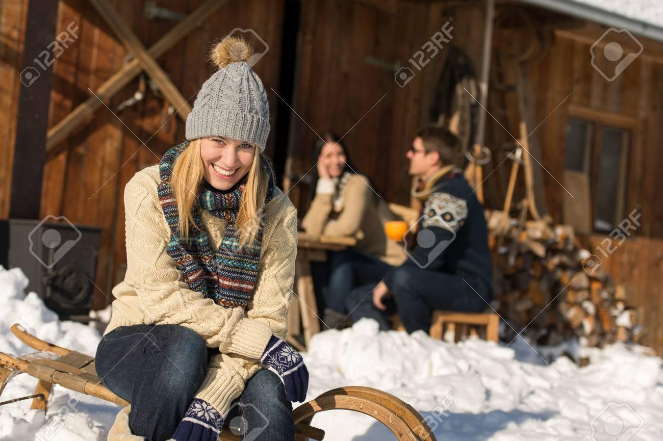 Jeune femme avec des amis profiter pause week-end neige chalet d'hiver Banque d'images - 23539166