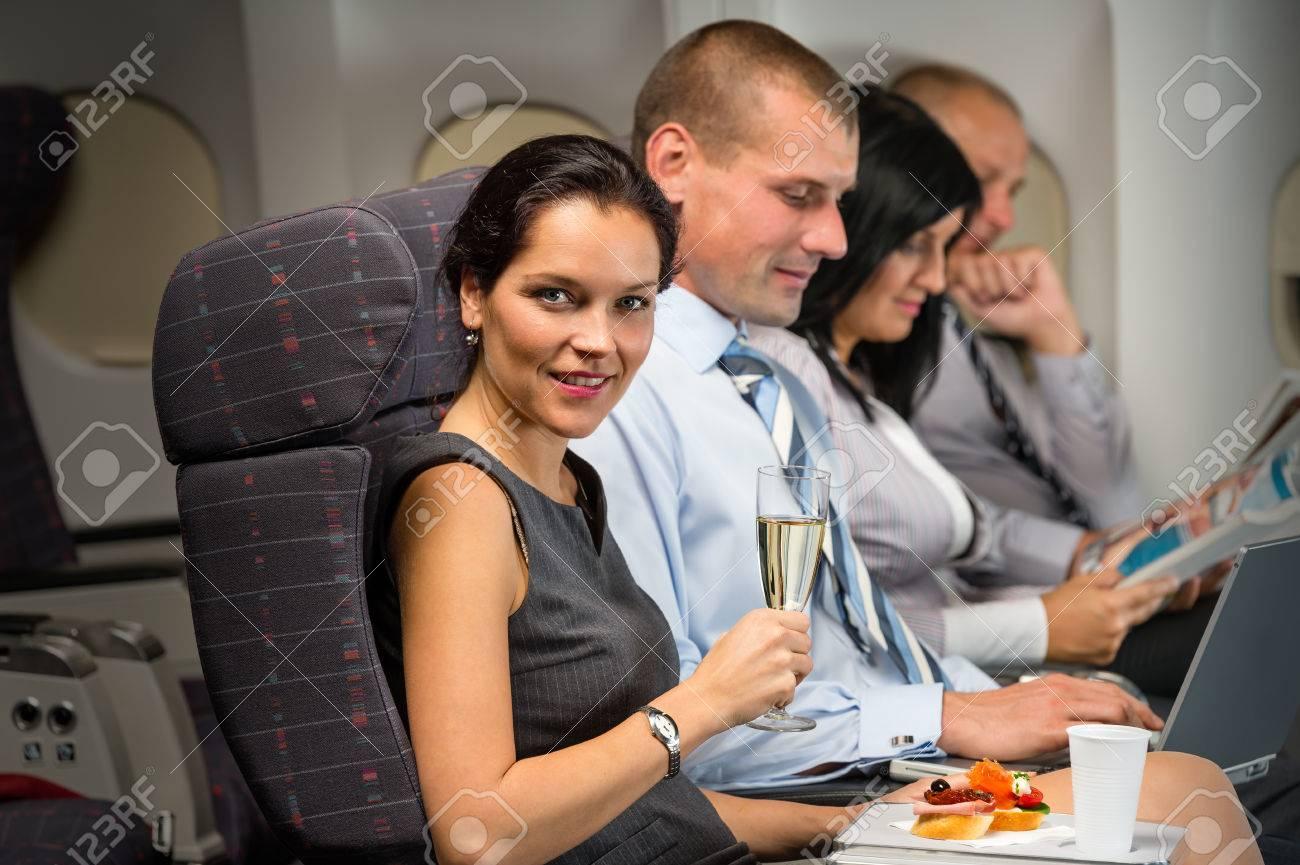 Les voyages d'affaires par la femme d'avion profiter de rafraîchissement vol cabine passagers Banque d'images - 23714517