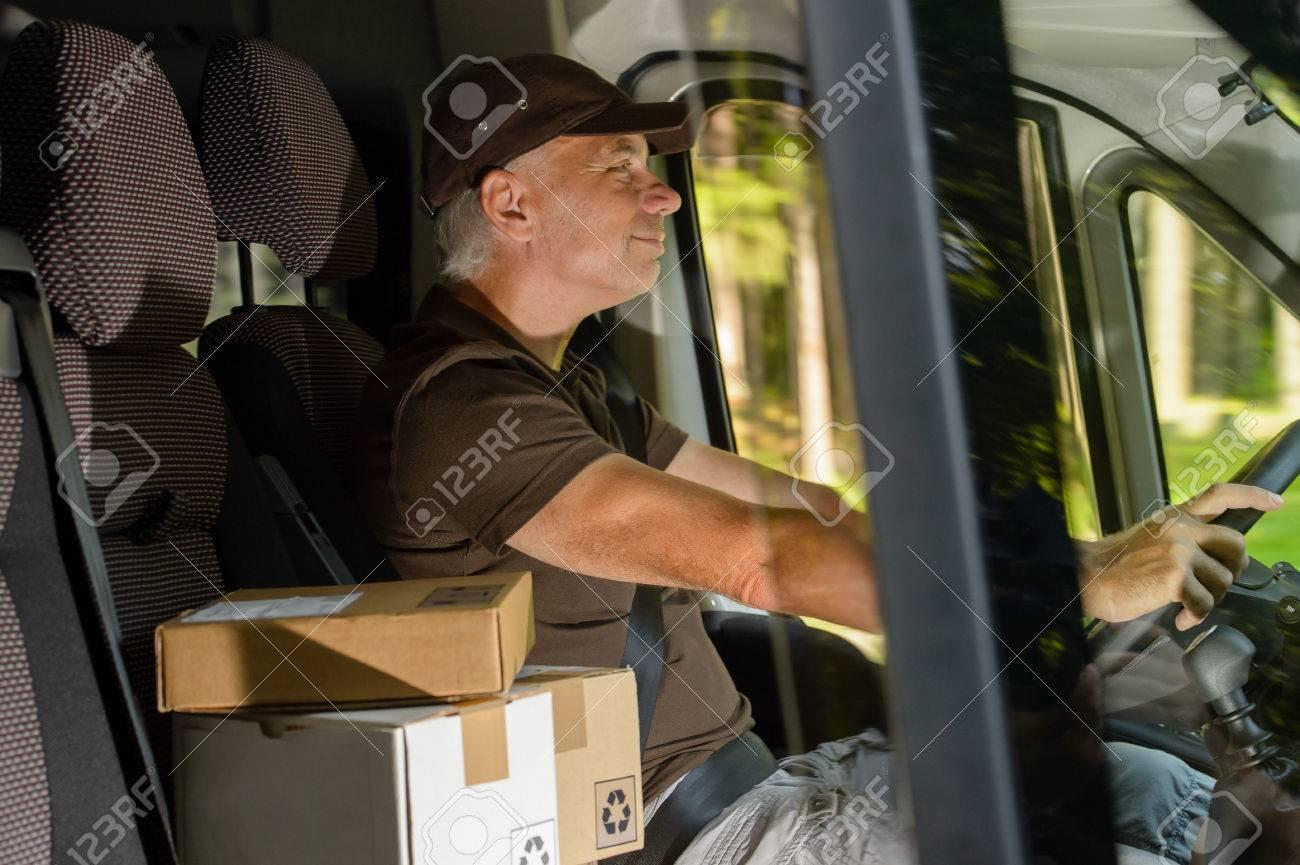 Glückliche Postzustellung Kurier Mann Fahren Fracht Auto Paket ...
