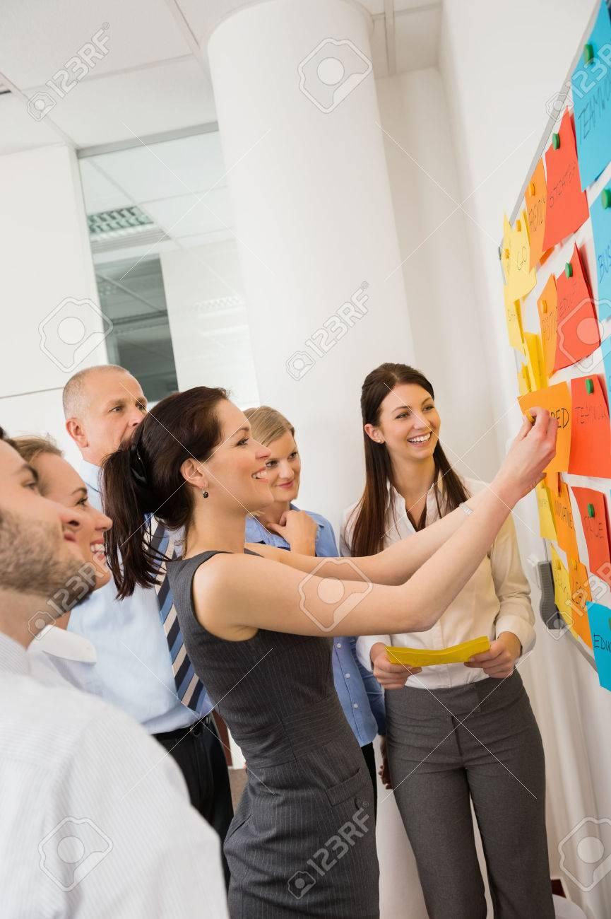 Affaires coller des étiquettes sur tableau blanc lors de la réunion Banque d'images - 27281140