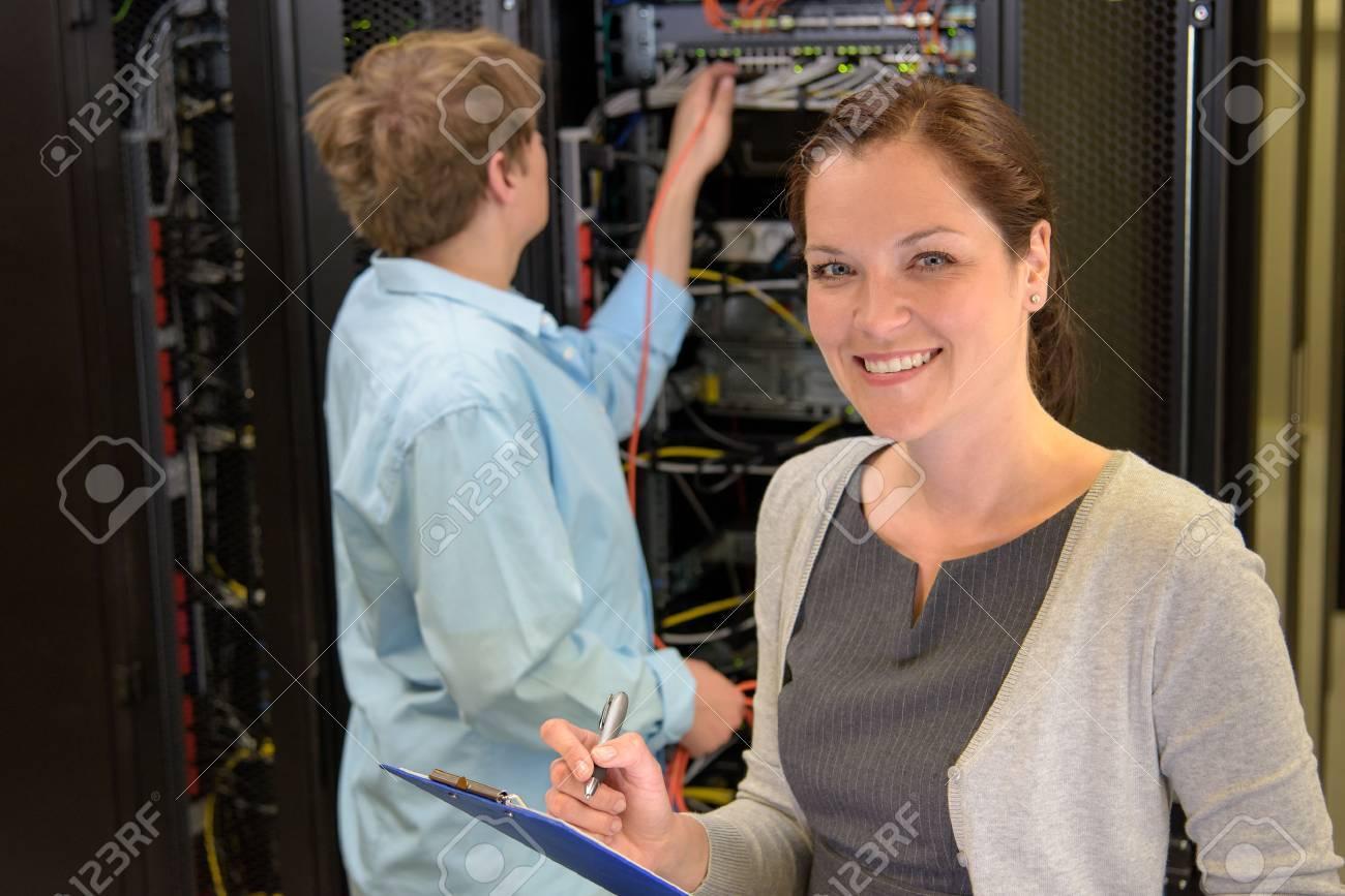 Deux ingénieurs de réseau dans la salle des serveurs de contrôle des ordinateurs Banque d'images - 43324790