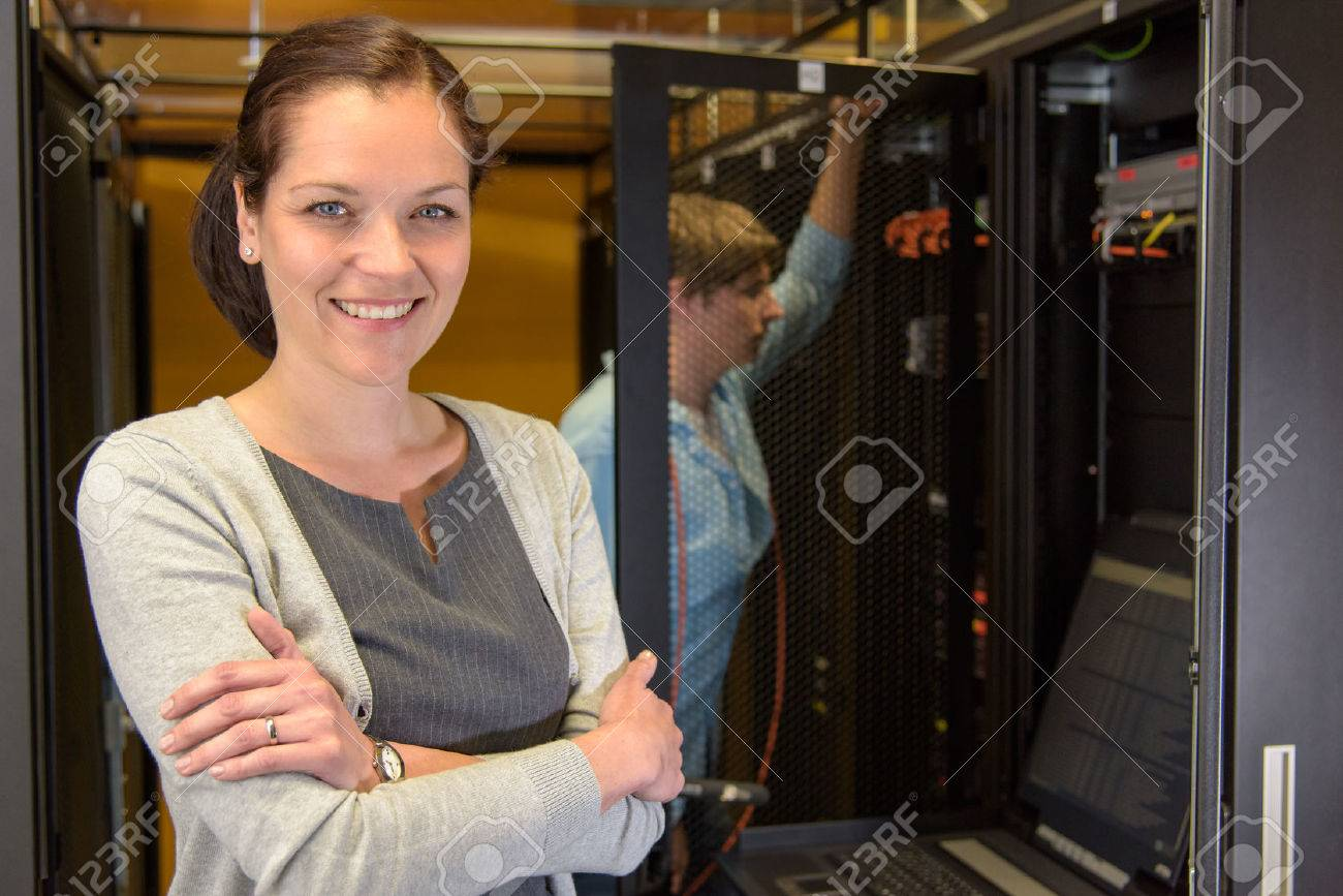 Female datacenter manager with colleague in server room Standard-Bild - 43324794