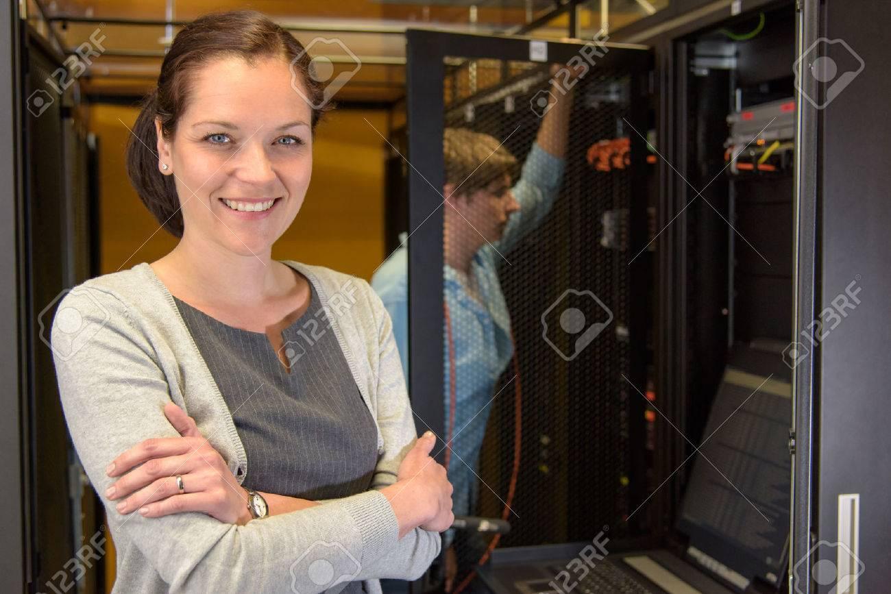 Gestionnaire de centre de données Femme avec un collègue dans la salle de serveur Banque d'images - 43324794