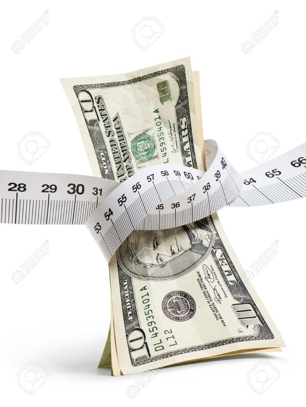 白い背景と、縦長のイメージに測定テープでドル紙幣