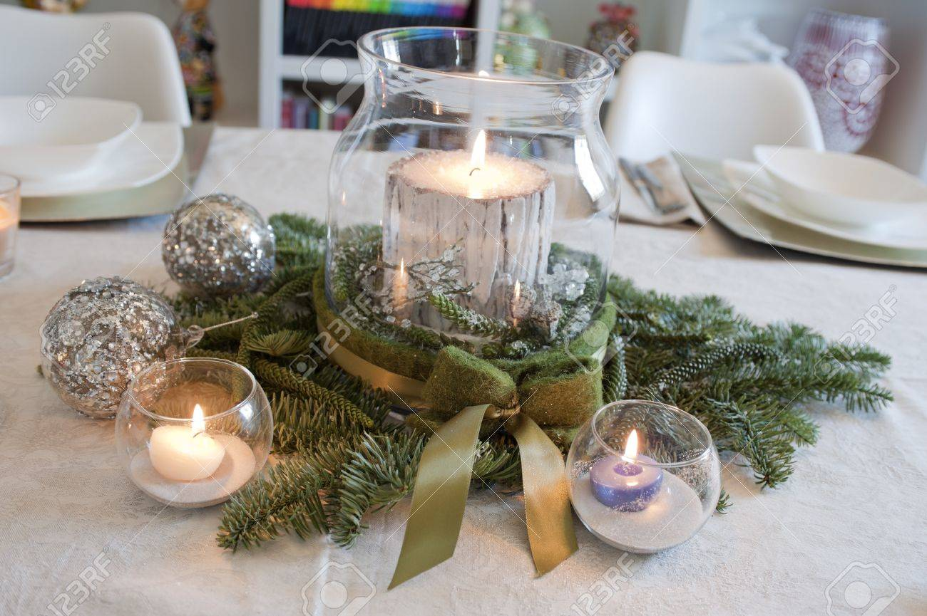 Standard Bild   Weihnachten Herzstück Mit Kerzen Und Weihnachtskugeln