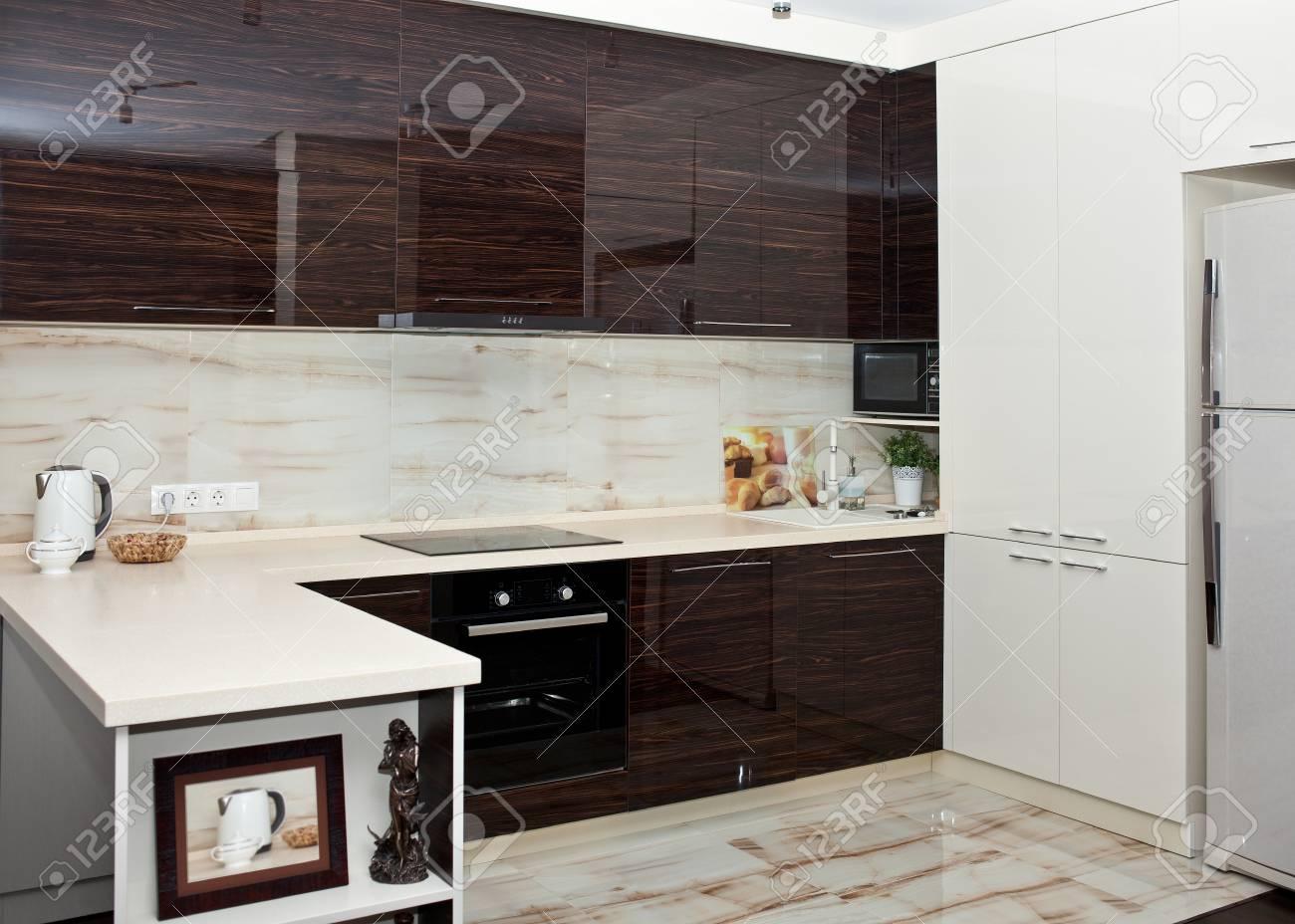 Immagini Stock - Interno Cucina In Colori Marrone-bianco Con ...