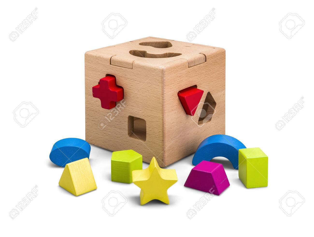 Houten puzzel doos speelgoed met kleurrijke blokken geïsoleerd op wit met  uitknippad