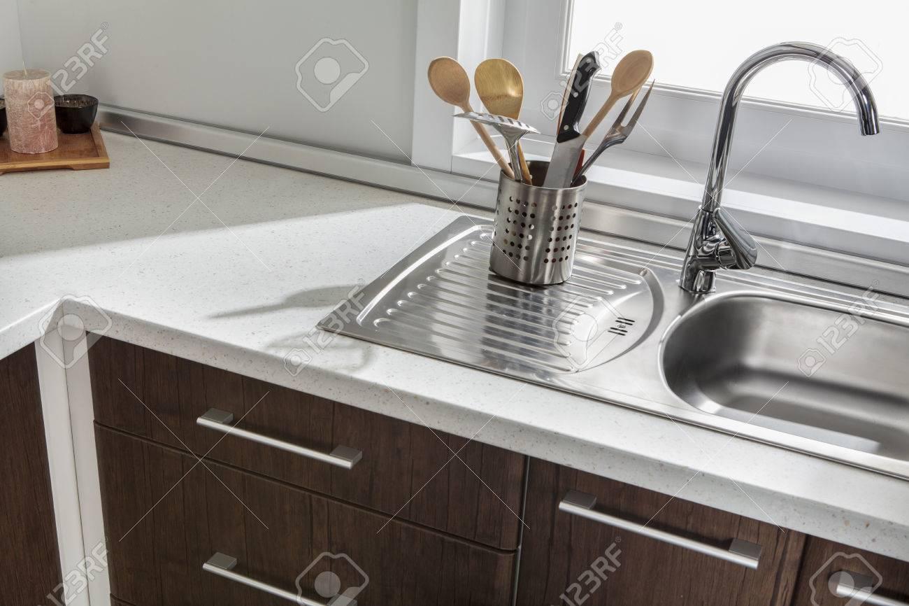 Une partie de l\'évier de cuisine moderne avec tiroirs et poignées
