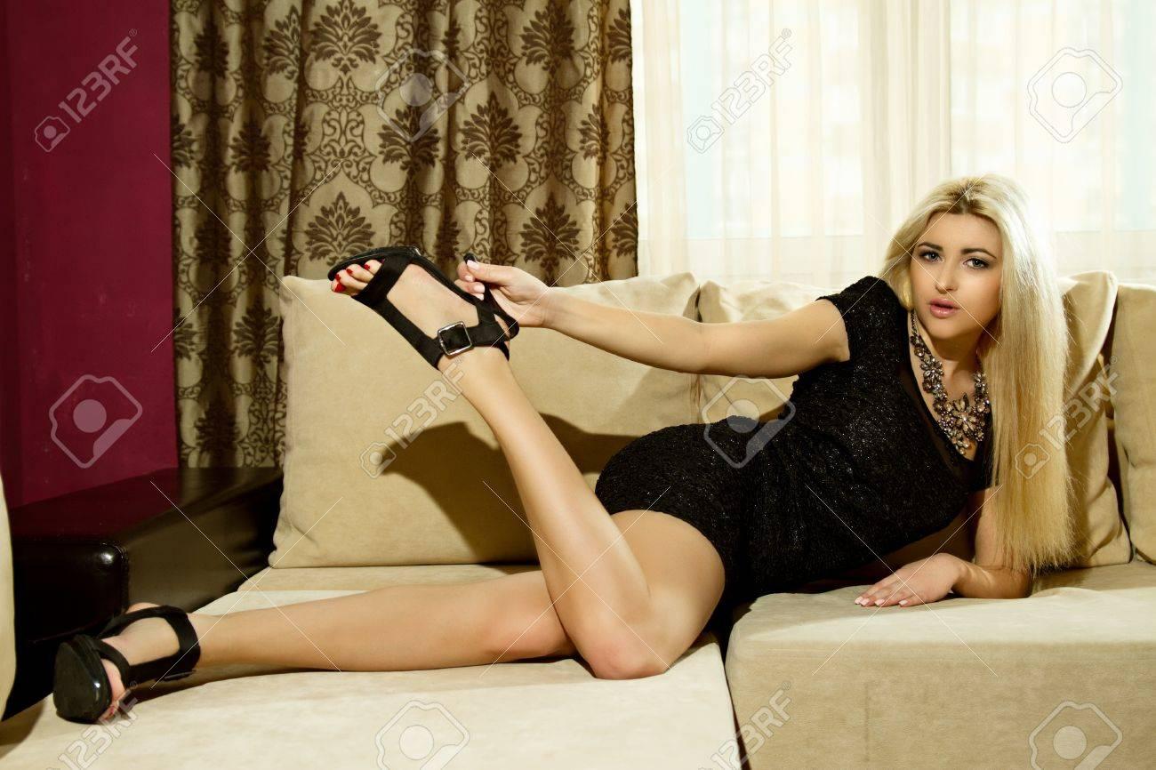девушки в обтягивающем платье лежа на диване