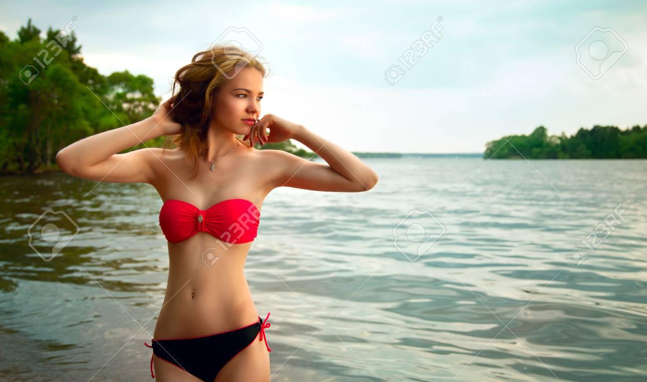 Belle Jeune En Plage Repos De Sur Blonde Femme Bain La Maillot 6bf7Yyvg