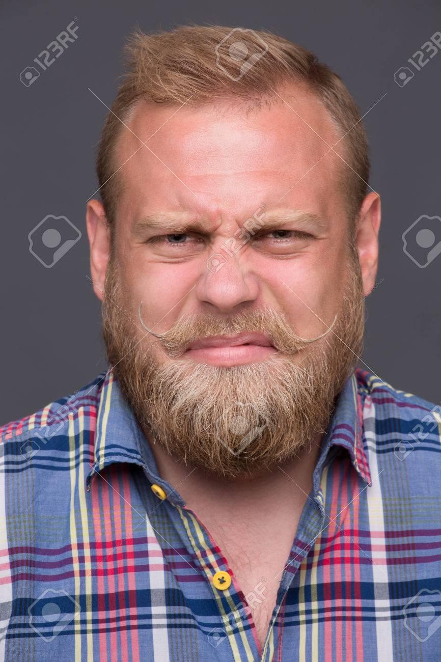 Profil Des Mécontents Homme Barbu Sur Gris Foncé Cheveux Courts