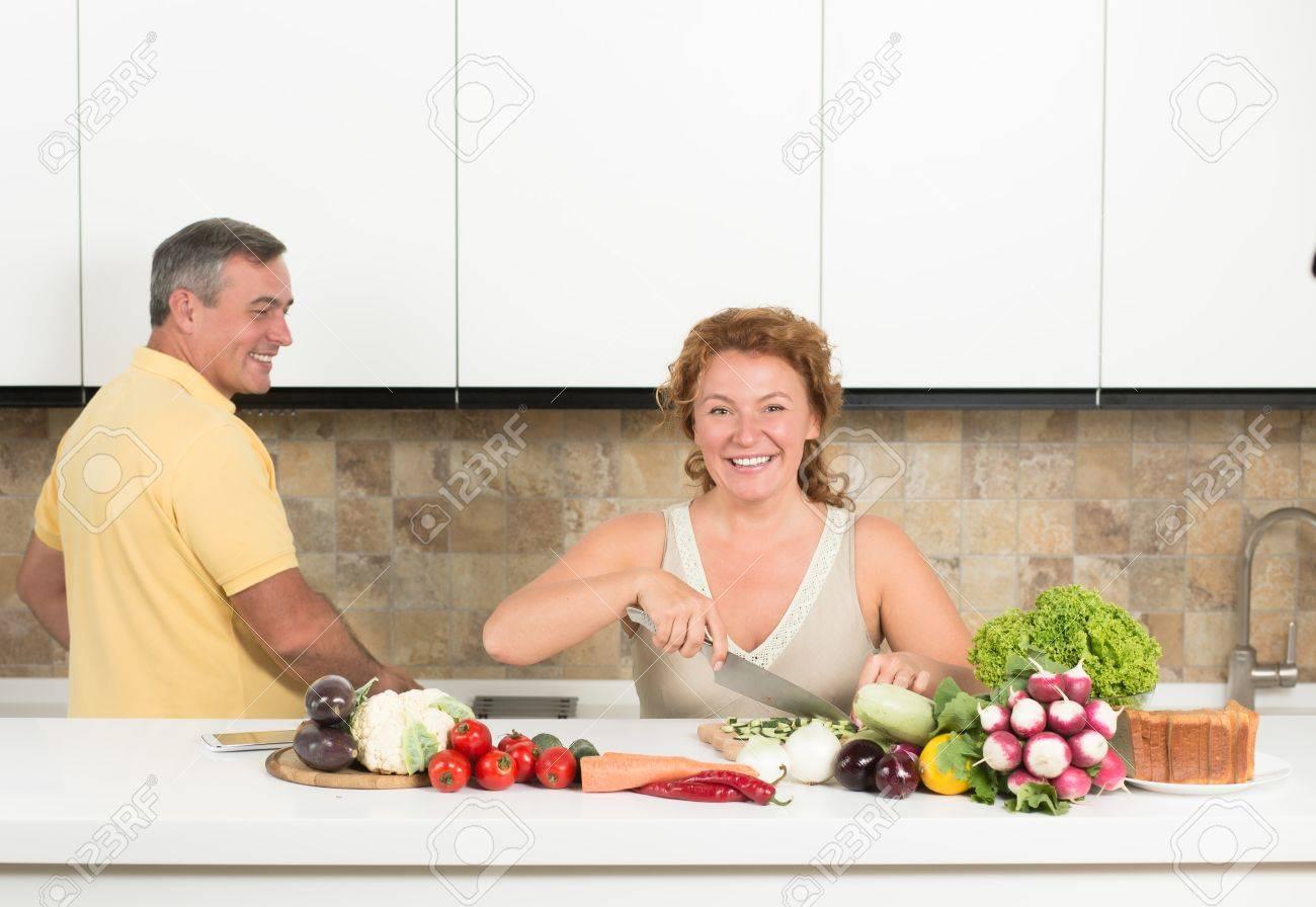 Pranzo Per Marito : Donna di mezza età tagliare le verdure in cucina il marito la