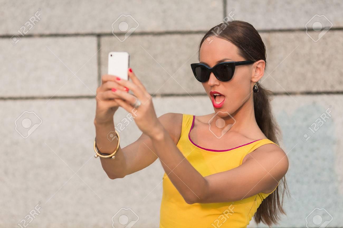 Hübsche frau braune haare selfie