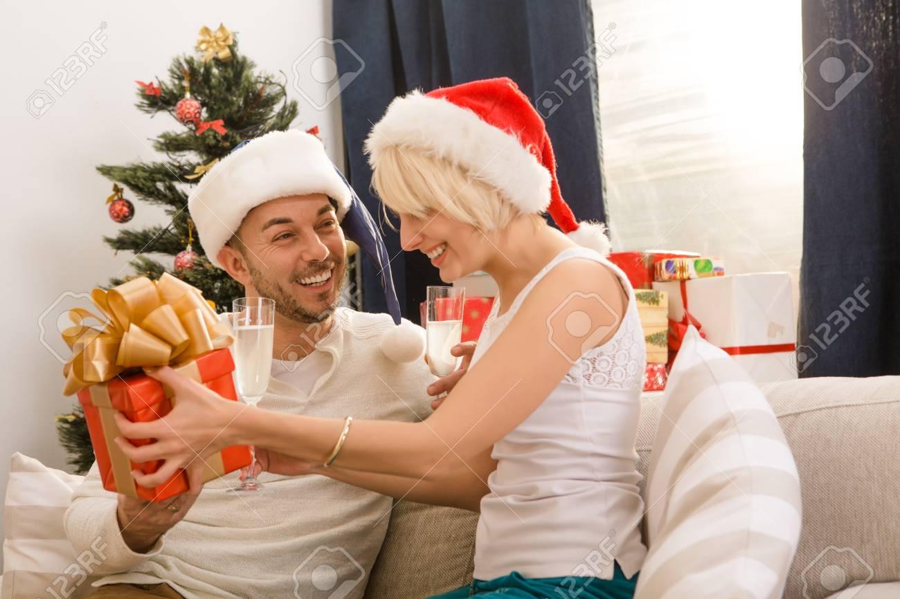 Glückliche Paare, Mann Und Frau Feiert Silvester Oder Weihnachten Zu ...