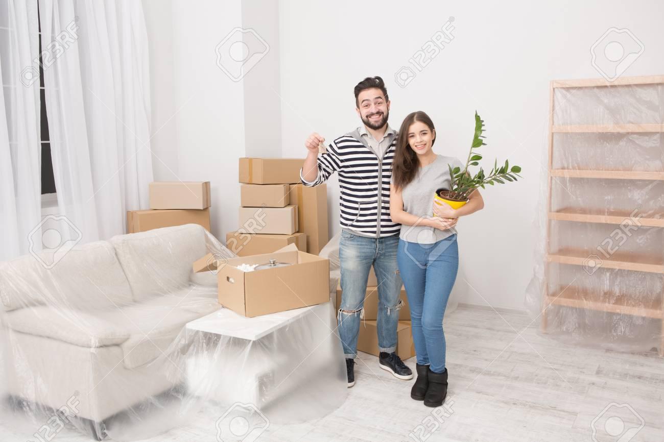 Banque Du0027images   Jeune Couple Emménager Dans Un Nouvel Appartement.
