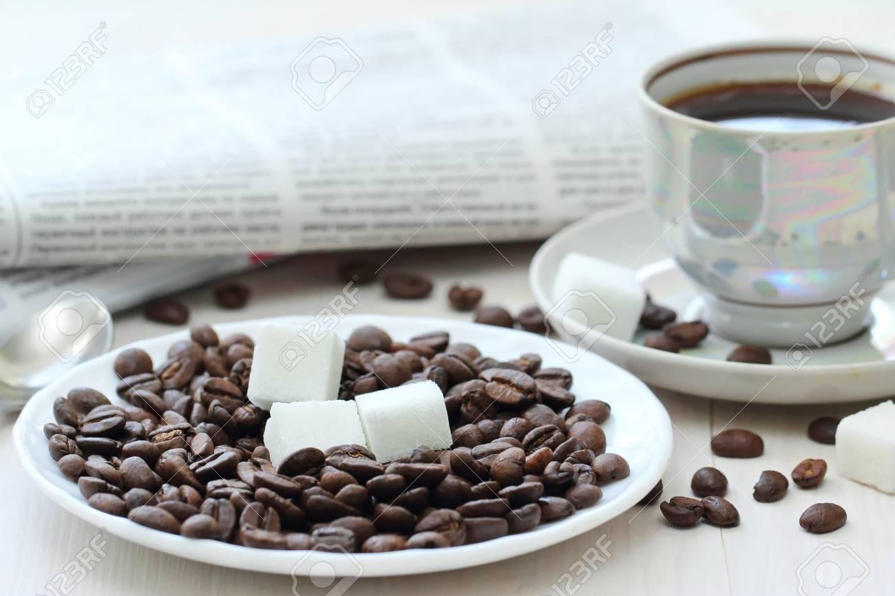 Bonjour Tasse De Café Noir Et De Newspapper