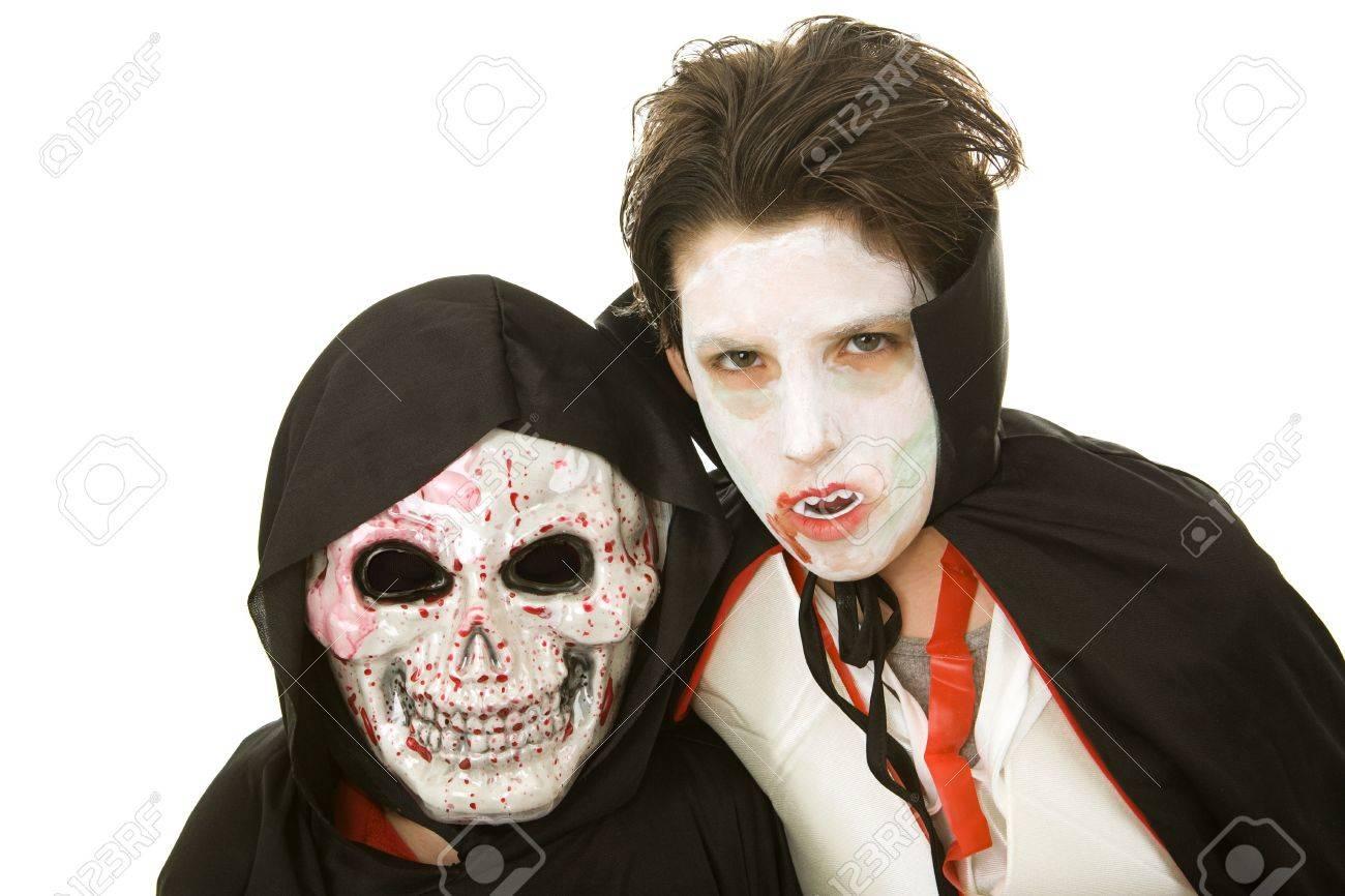 Enge Halloween Kostuums.Portret Van Twee Jongens Gekleed In Enge Halloween Kostuums Geisoleerd Op Wit