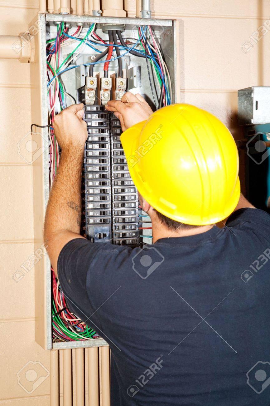 Elektriker Ersetzen Eine Schlechte Leistungsschalter In Einem Großen ...