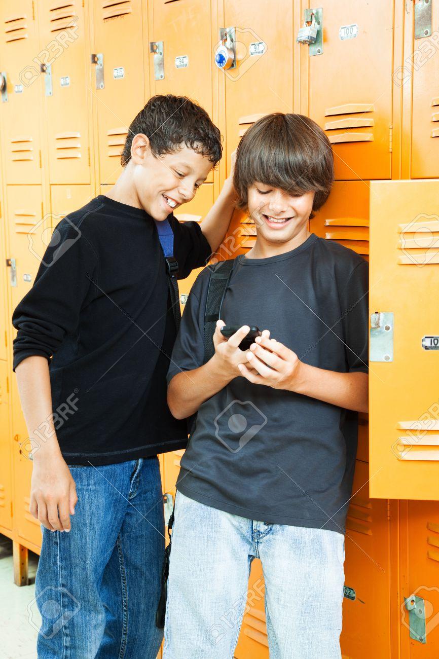 Фото со стока - Мальчики-подростки играют в видеоигры между классами в школ
