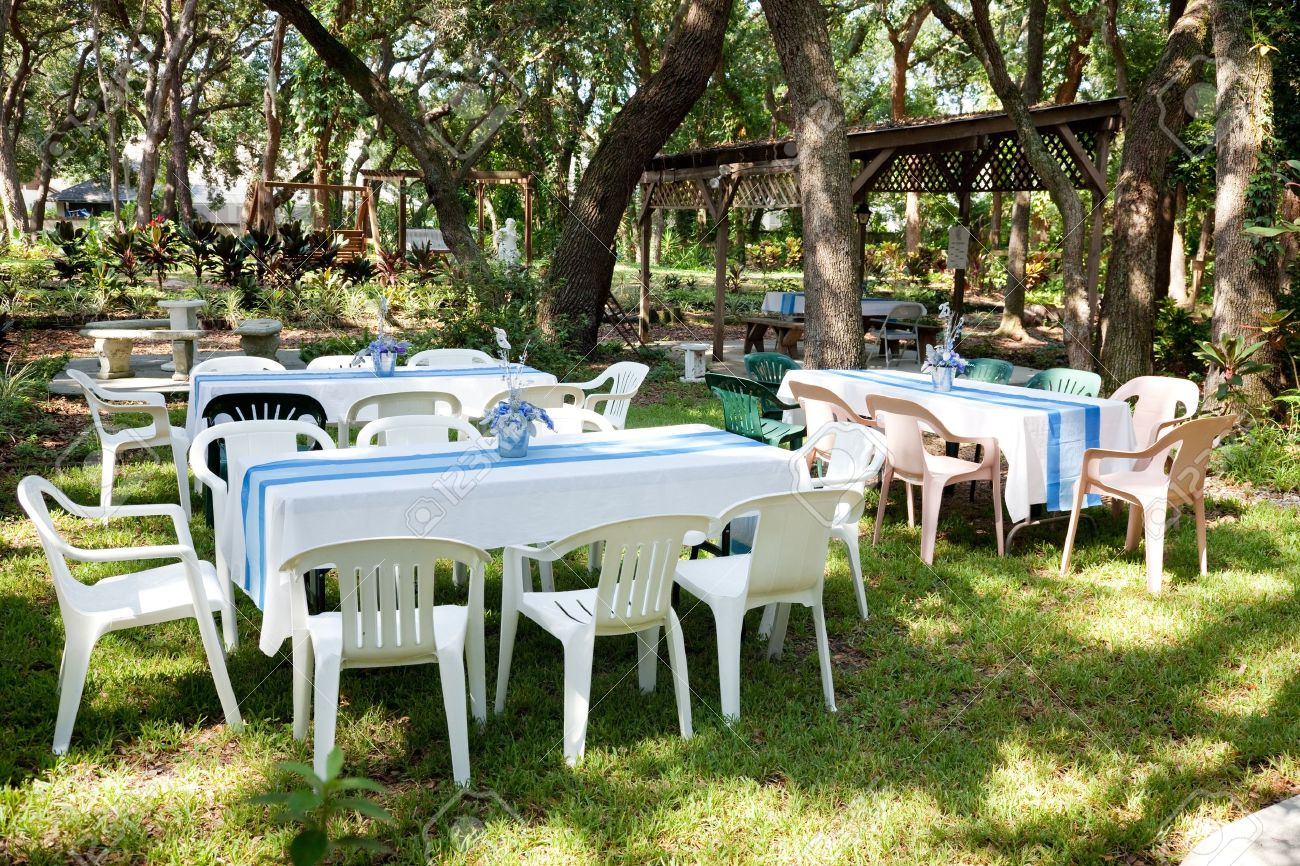 Tables Et Chaises Mis En Place Pour Une Garden-party, Un Mariage Ou ...