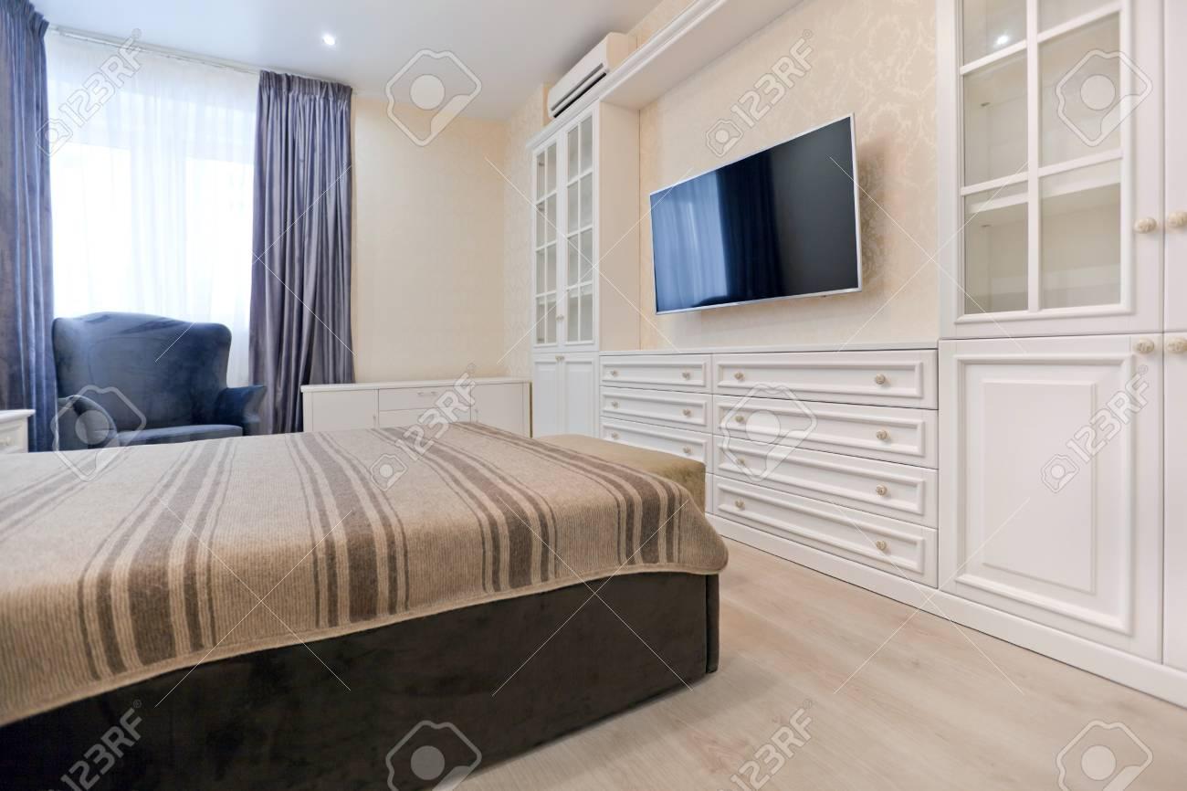 Schlafzimmer In Hellen Farben Mit Dunklen Bett Und Blauen Vorhangen Lizenzfreie Fotos Bilder Und Stock Fotografie Image 94208236
