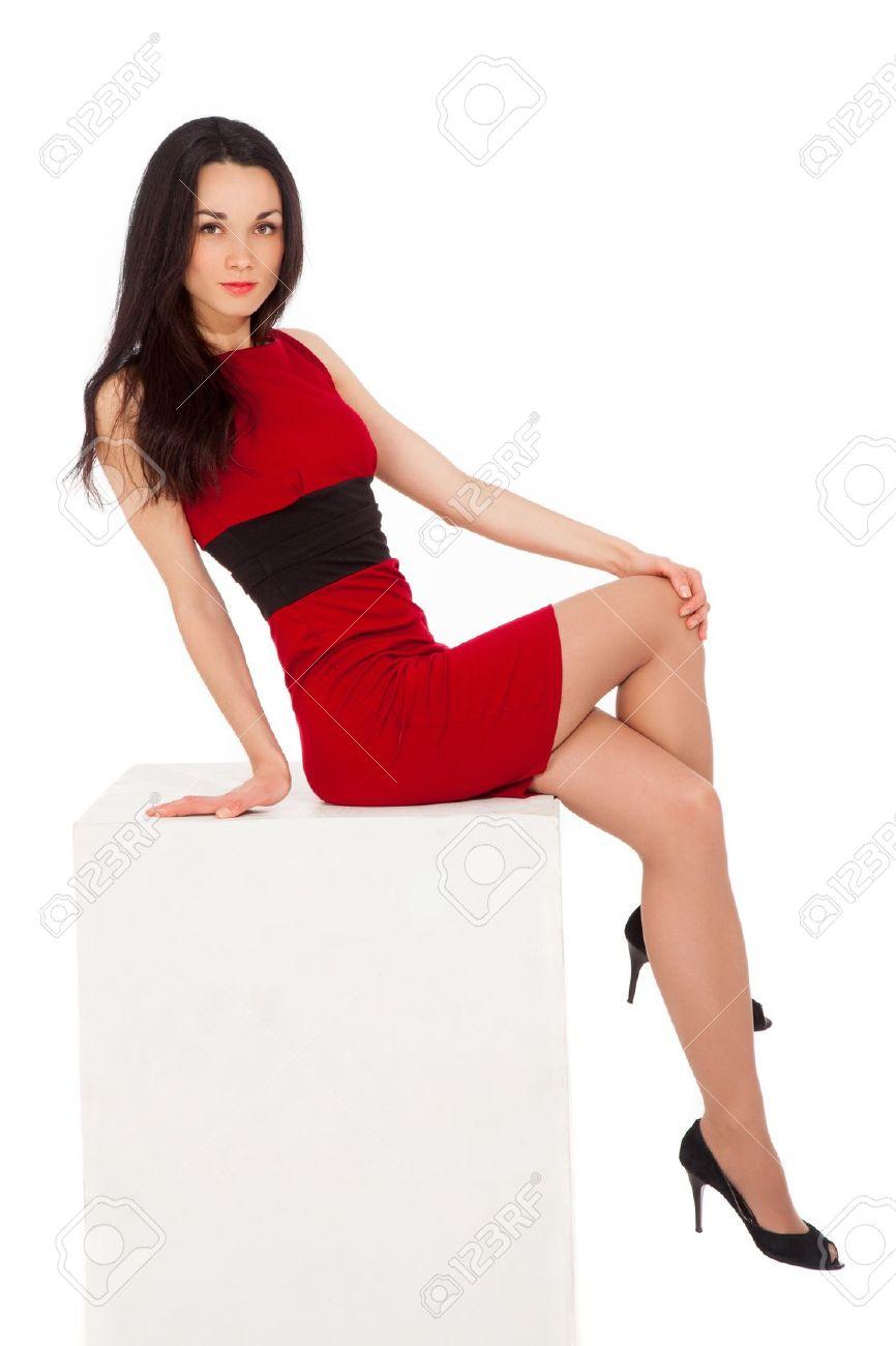 Брюнетка в красном платье фото 348-868