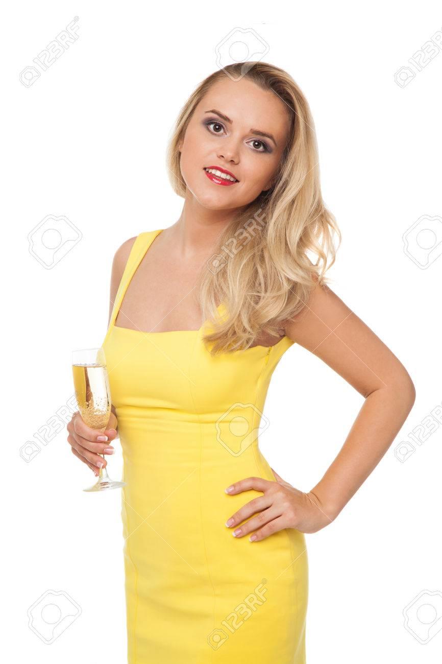 Extremement Belle Femme Blonde Portant Robe Jaune Boire Du Champagne Isolé Sur YS-96