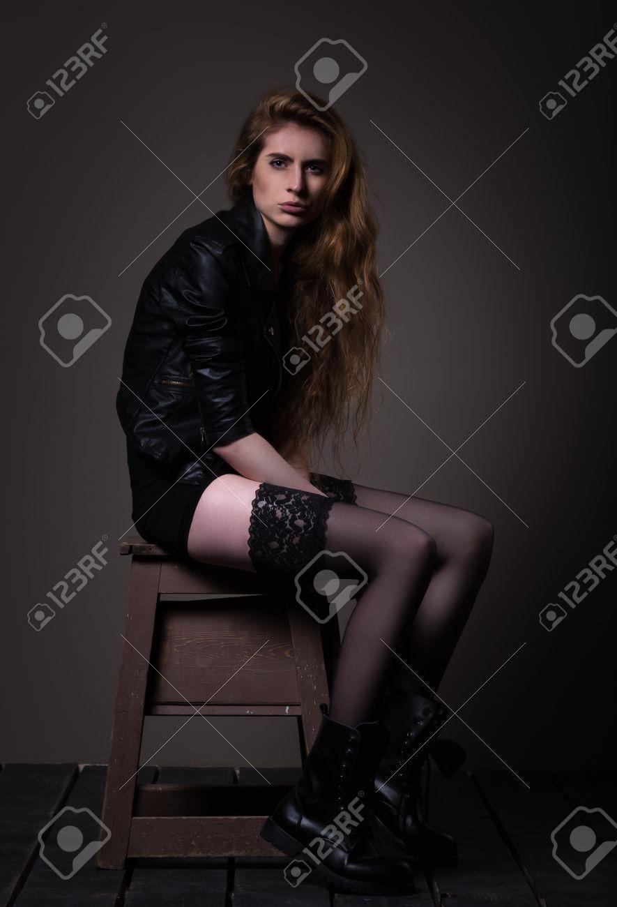 Frau Im Schwarzen Kleid, In Der Lederjacke Und In Den