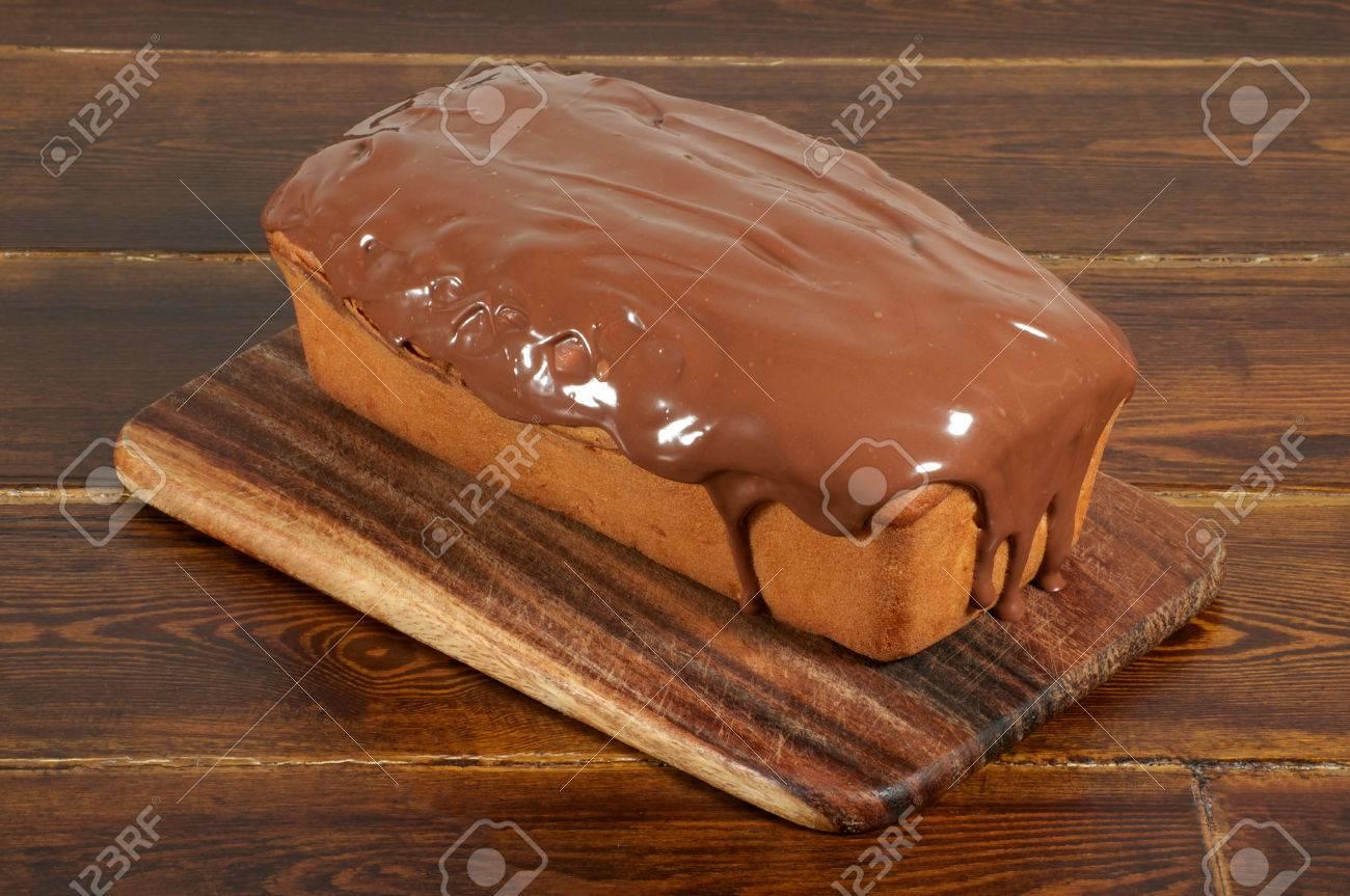 Vollstandiger Kuchen Mit Schokoglasur Lizenzfreie Fotos Bilder Und
