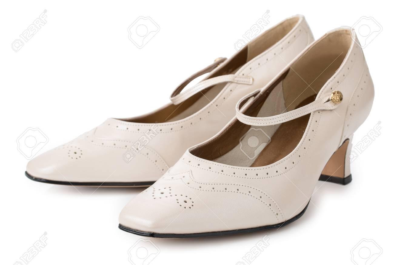 Banque d\u0027images , Paire de chaussures femme à talons beiges isolés sur un  fond blanc. Cuir véritable, style vintage.