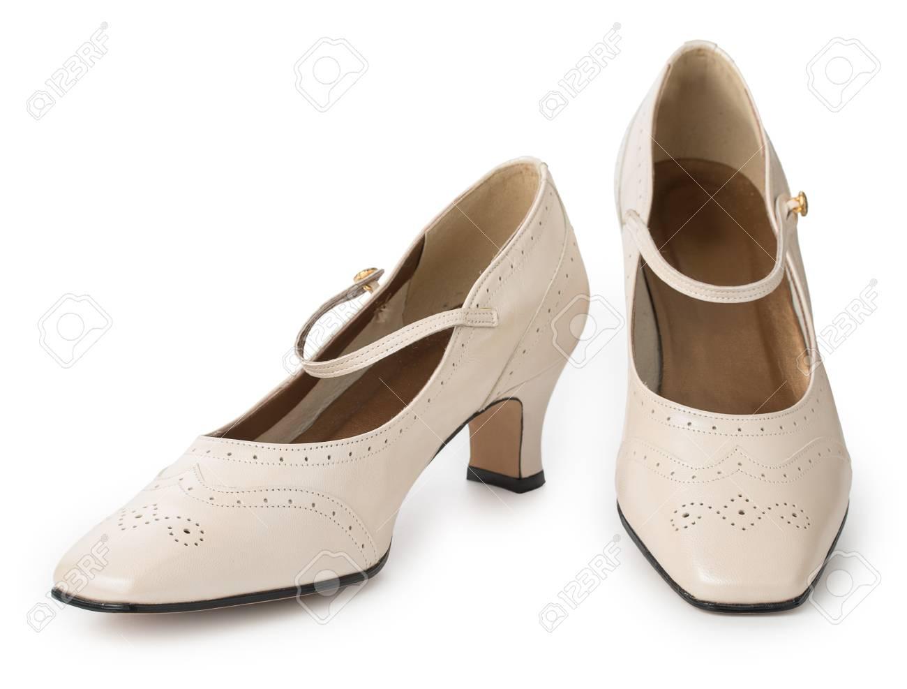 0f5be616e5e4 Banque d images - Paire de chaussures femme à talons beiges isolés sur un  fond blanc. Cuir véritable