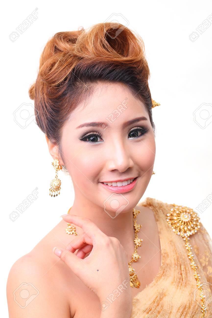 Retrato Bella Novia En Traje Tradicional Tailandés En La Luz De ...