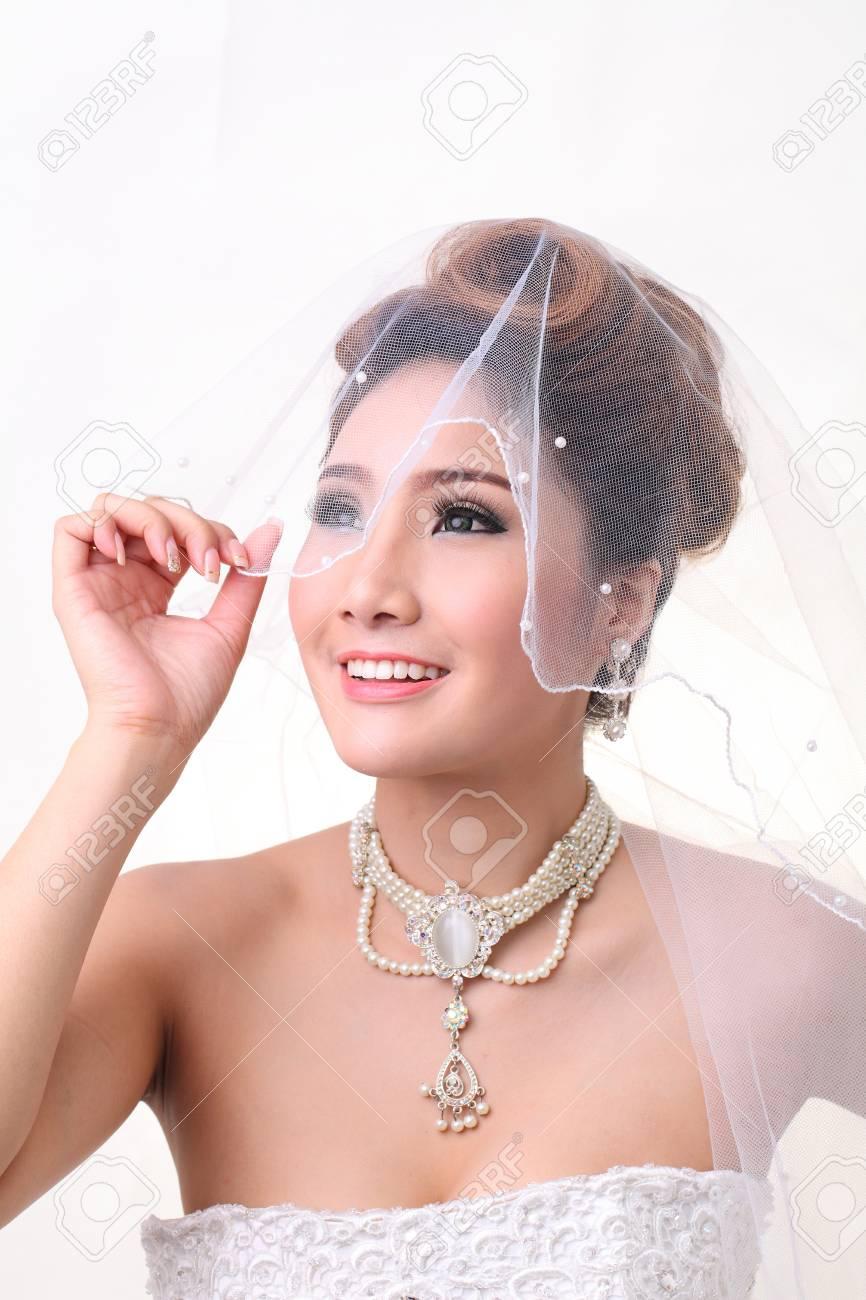 Bello Retrato De Mujer Asiática En Weddind Blanco Drees Con Velo ...