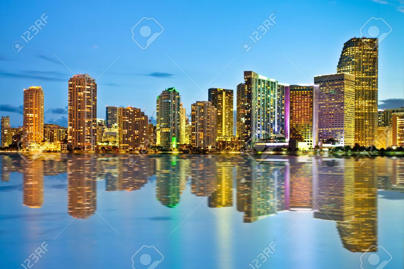 明るいビルおよび湾とフロリダ州...