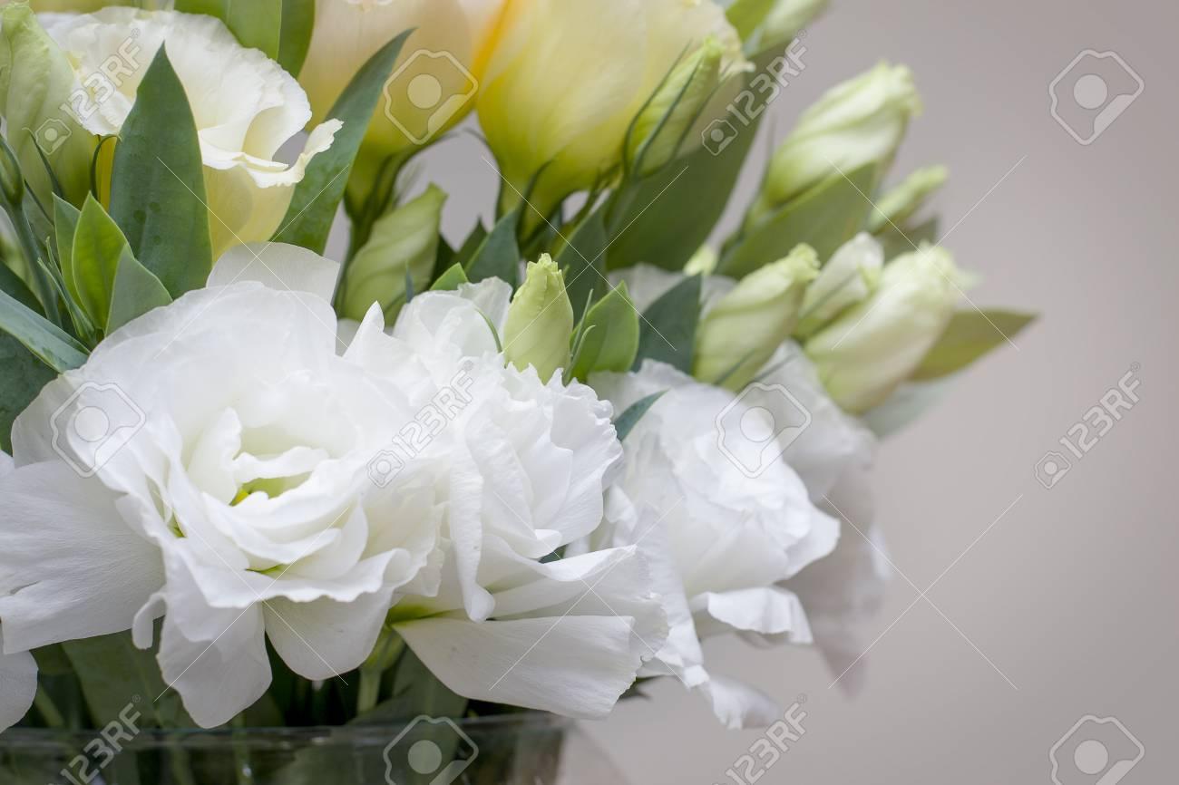 Fiori Bianchi Simili A Rose.Immagini Stock I Bei Fiori Bianchi Di Lisianthus Sembrano Cosi