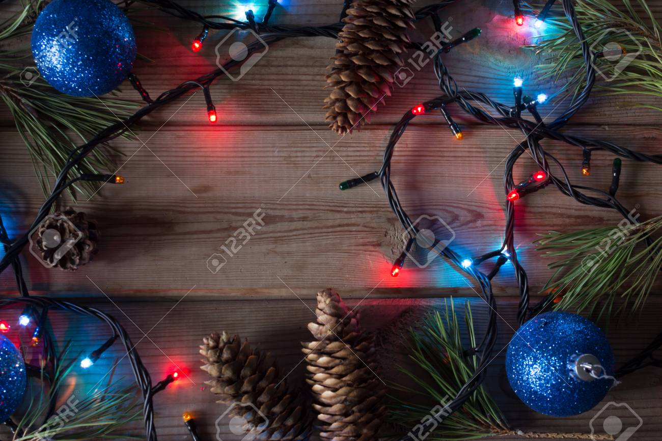 Branche D Arbre Sapin De Noel guirlande de sapin de noël, branches d'arbres de noël et boules de noël sur  la table en bois maquette